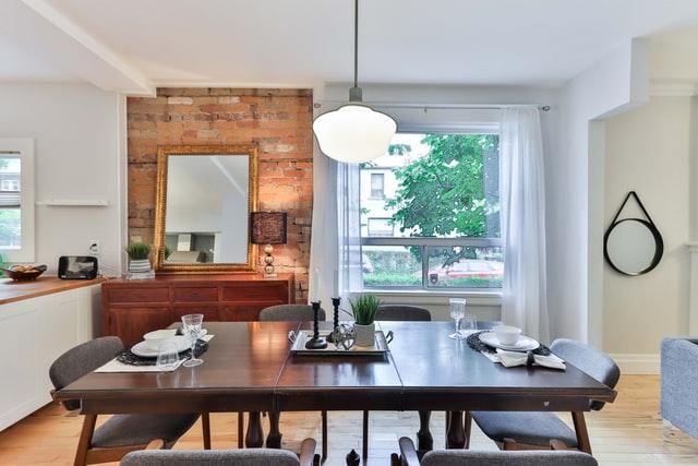 drewniany stół w kuchni